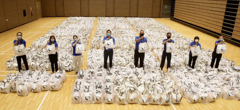 """""""心能源义工""""在新年前为2000多户有需要家庭送上礼包。 (受访者提供)"""