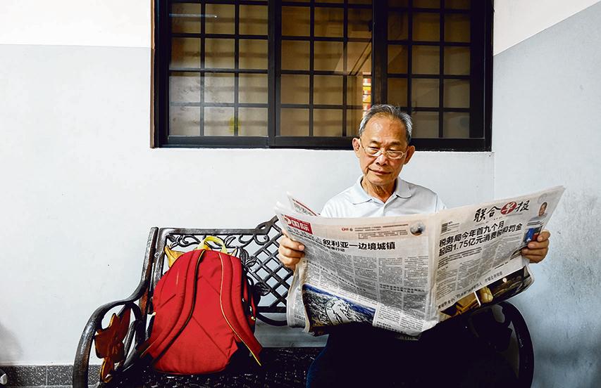 何业明喜欢阅读报章,他会自行靠自己的记忆力,回想早上看过什么新闻报道。(曾坤顺 摄影)