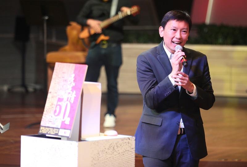 通讯及新闻部兼卫生部政务部长徐芳达昨为本报献唱两首经典华文歌曲。(陈佩敏 摄影)