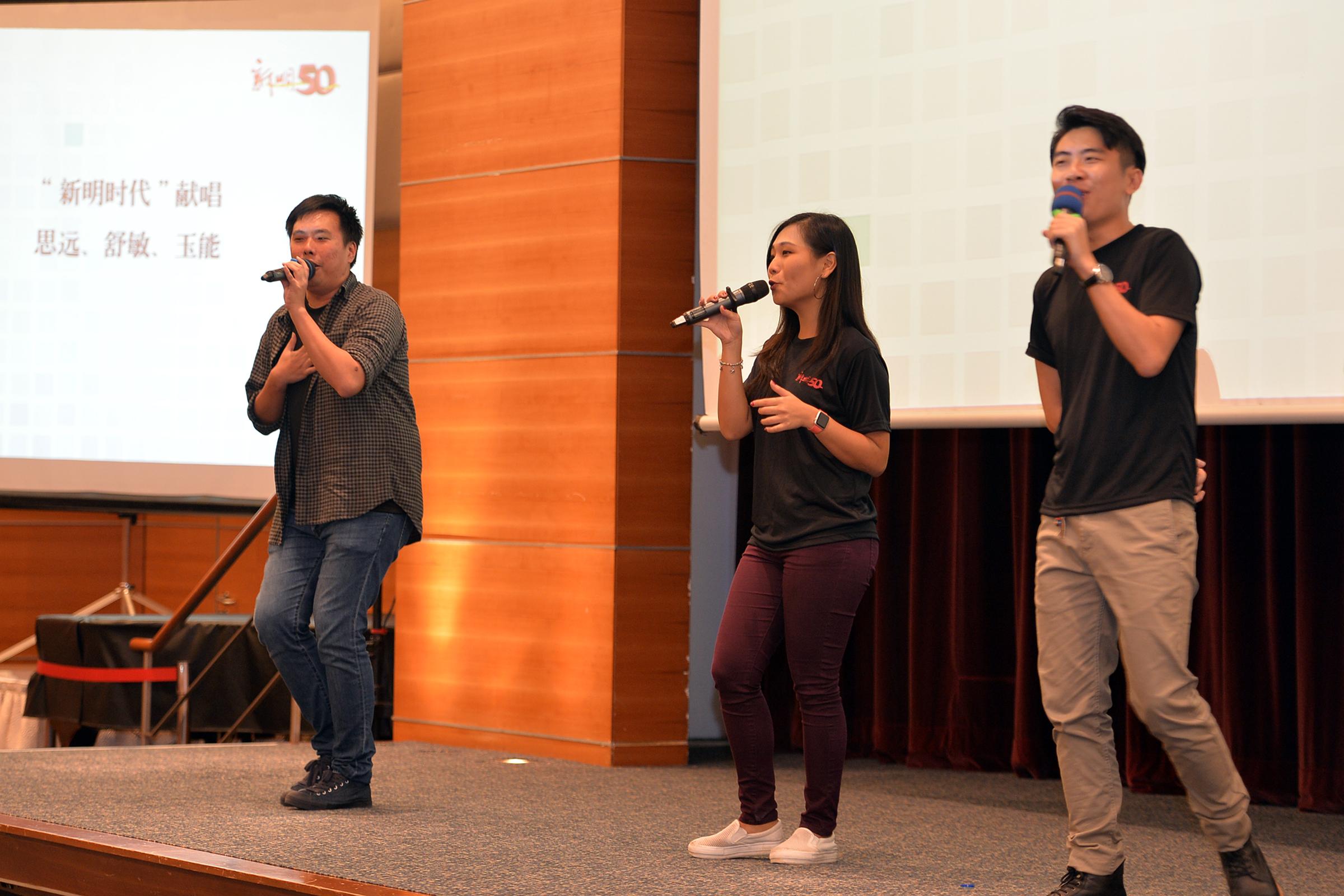 本报《新明时代》三名成员(左起)陈玉能、许舒敏和余思远现场演唱。