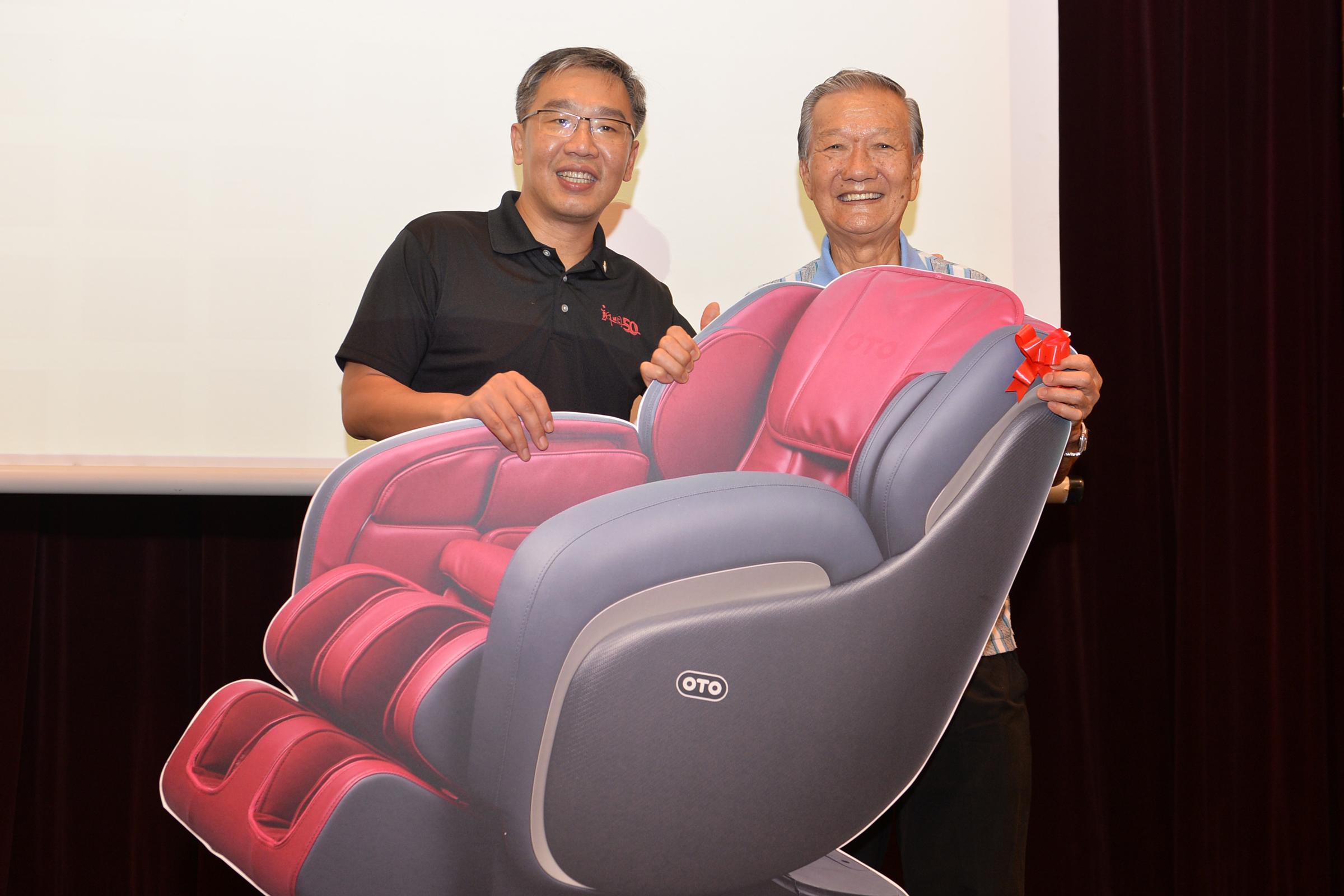 赢得《读新明 赢巨奖》首奖OTO Elite按摩椅的廖照来从本报总编辑朱志伟手中领奖。