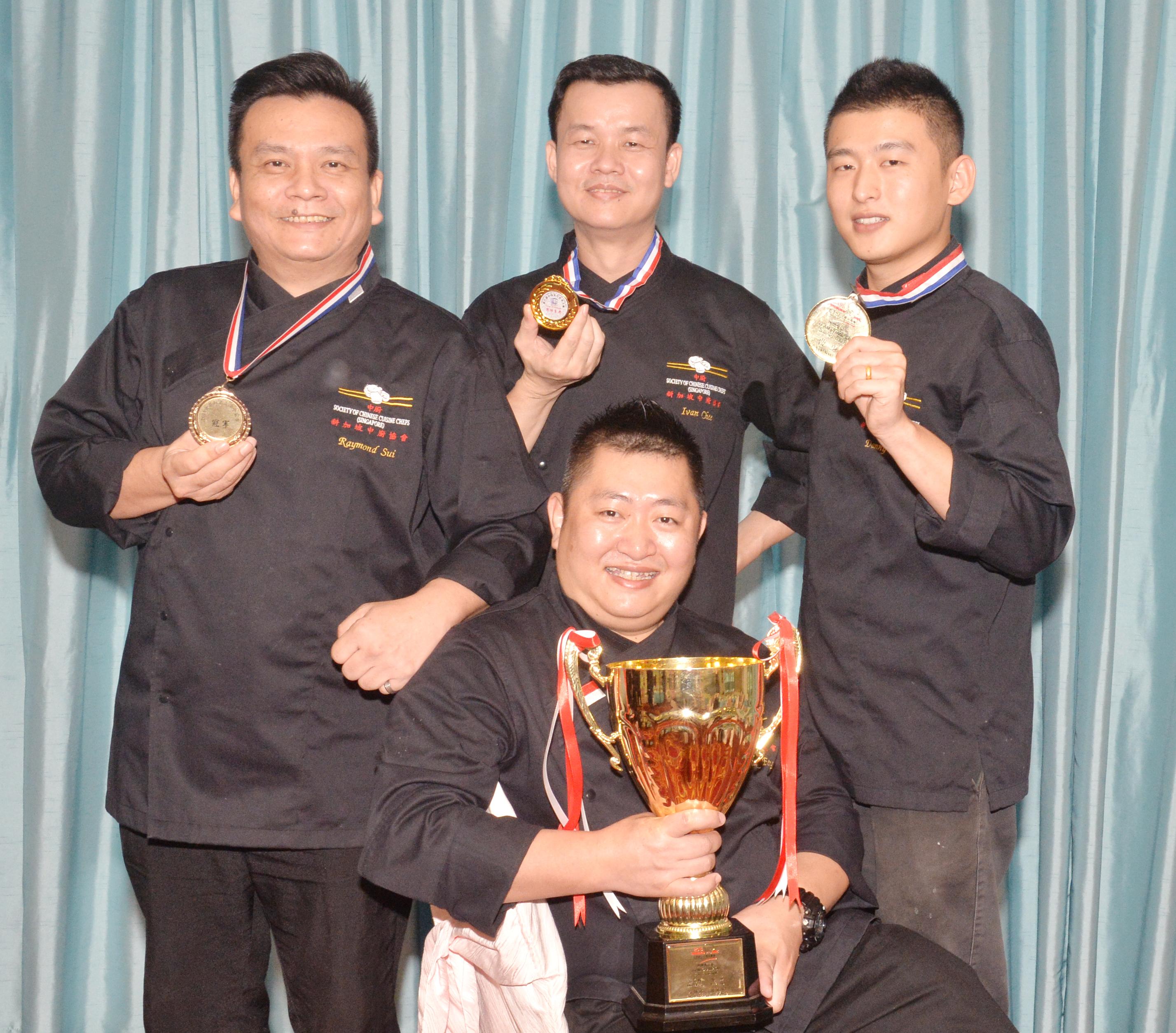 伍海峰与(后排左起)谢贵恩、催传武和曹勇。