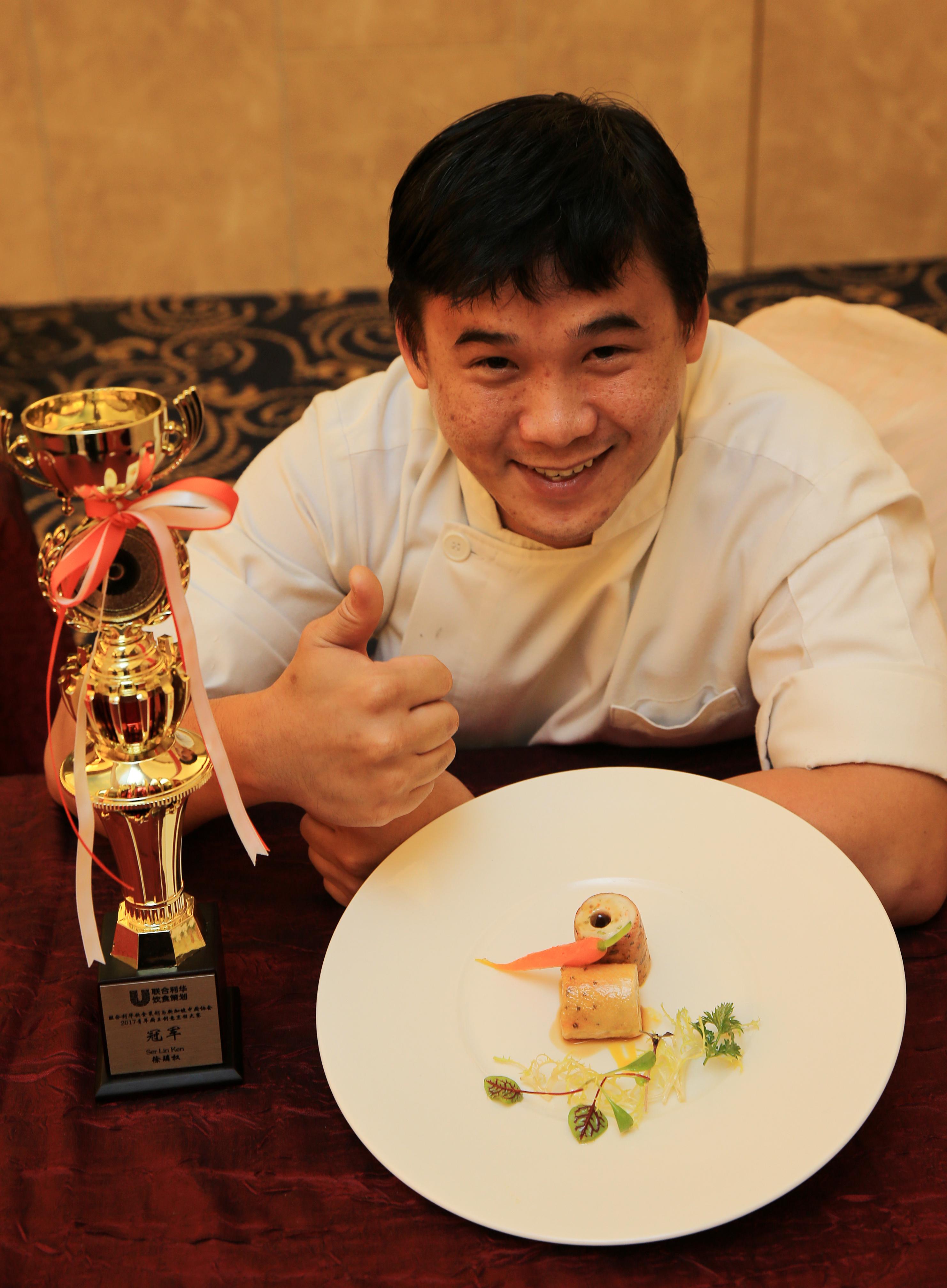 """家味中餐馆青年厨师徐璘权与他的冠军菜""""花样年华""""。"""