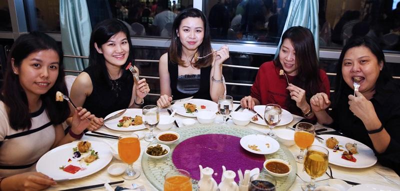 """一群好友结伴报名""""冠军宴""""来品尝美食。"""