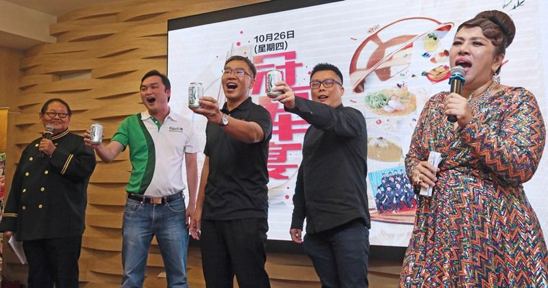 《新明日报》总编辑朱志伟(左三)与皇帽新加坡总经理卓经纬(左二),和联合利华饮食策划行销经理何瑞威(右二)举杯庆祝。