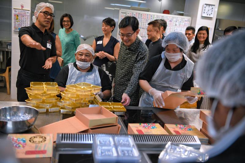 副总理王瑞杰前年受邀为在新协立综合设施(Enabling Village)开设的中央厨房主持开幕仪式。(档案照)