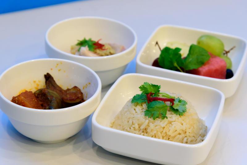 采用新鲜食材,为年长者提供美味营养餐。(新加坡复员技训企业管理局提供)