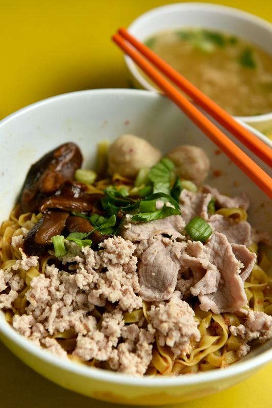 香菇肉脞面是另一道经典美食。
