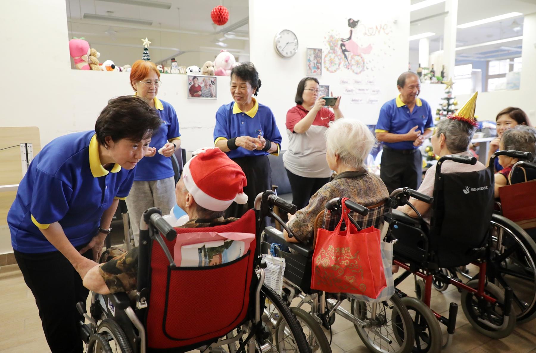 侯玉华和恩群的志工们定期到疗养院和乐龄中心去,她说,陪老人家谈天说地,给他们带来欢乐,她也感到很开心,很充实。