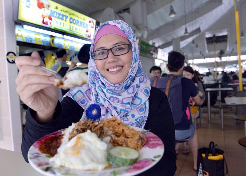 在樟宜村卖椰浆饭的摊主米莉亚,以香喷喷的饭香虏获 广大食客的心。