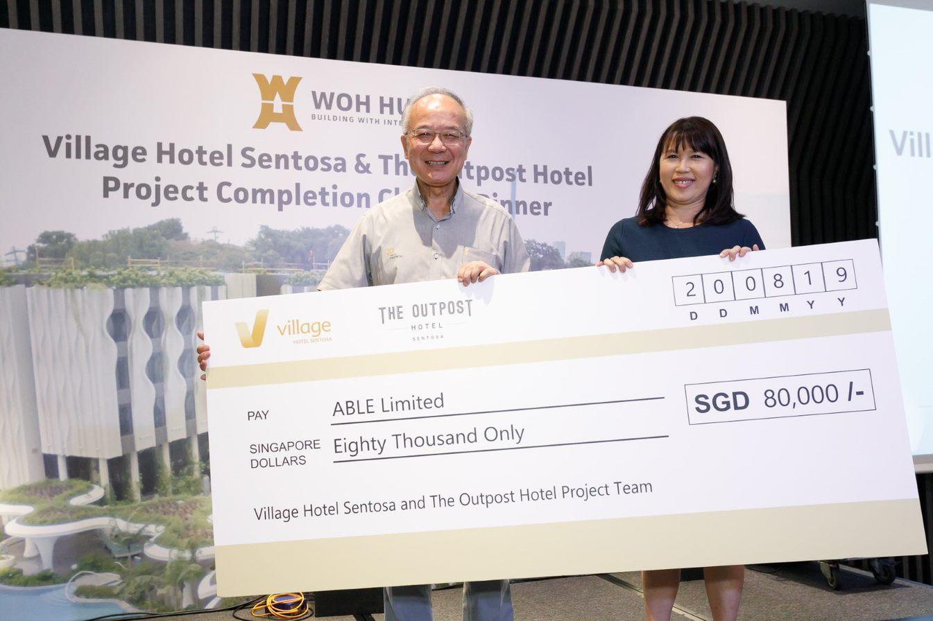杨康荣(左)代表公司捐出善款。
