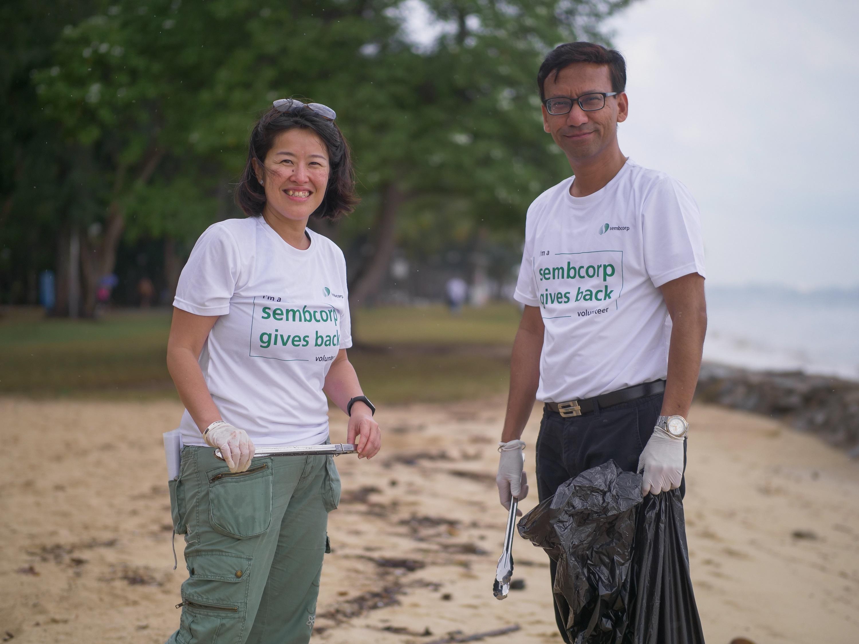 卢湘洳(左)参与清理海滩活动,为环保出一份力。