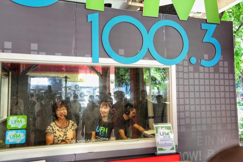 潘丽萍(左)向UFM100.3电台主播罗克敏分享自己喜爱的小贩美食。(陈福州摄)