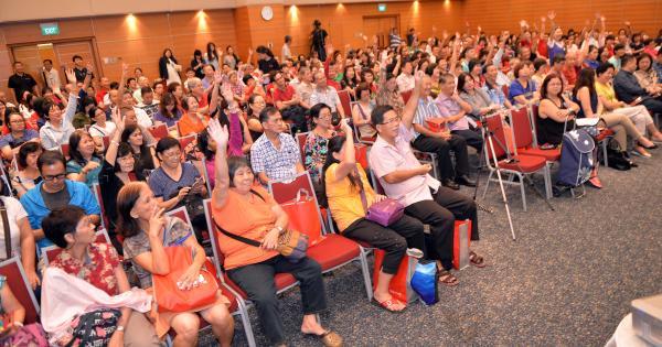 读者踊跃举手,抢答有奖问答环节。