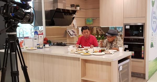 本地知名美食家林益民(右)与新明日报《饮食月刊》统筹容哥,受邀品评入选的较健康小贩美食。