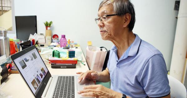"""孙翼鹏上过""""居家生意""""课程,学习如何利用应用程序和网络平台卖东西,还成功卖出东西。(谢智扬 摄影)"""
