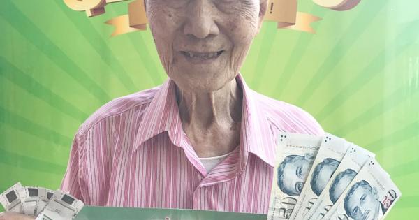 高龄97岁的丘鸿发今早获得$200奖金。