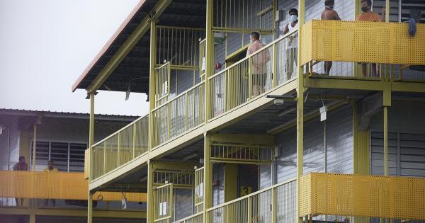 本地有数十万名客工住在大型宿舍里。(档案照)