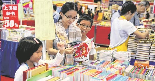 去年新加坡书展吸引了不少公众一家大小到场。(档案照)