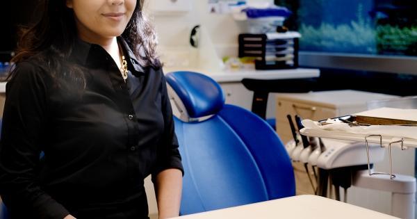 王嘉玮医生说,好好照顾牙齿的话,乐龄人士也可以保住全部的牙齿。(摄影/曾坤顺)